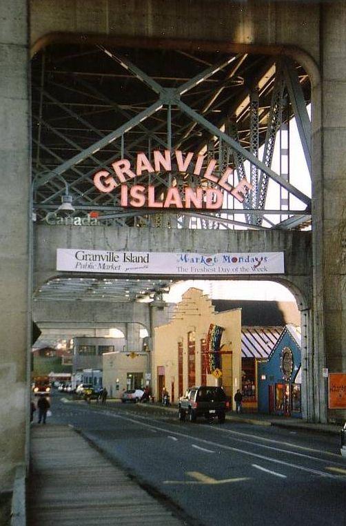 Infarten under bron till Granville Island