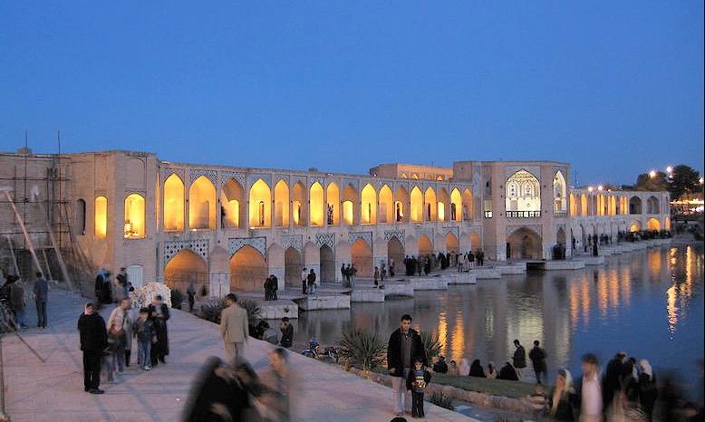 Khajubron i Isfahan med tehus intill vattnet nedströms
