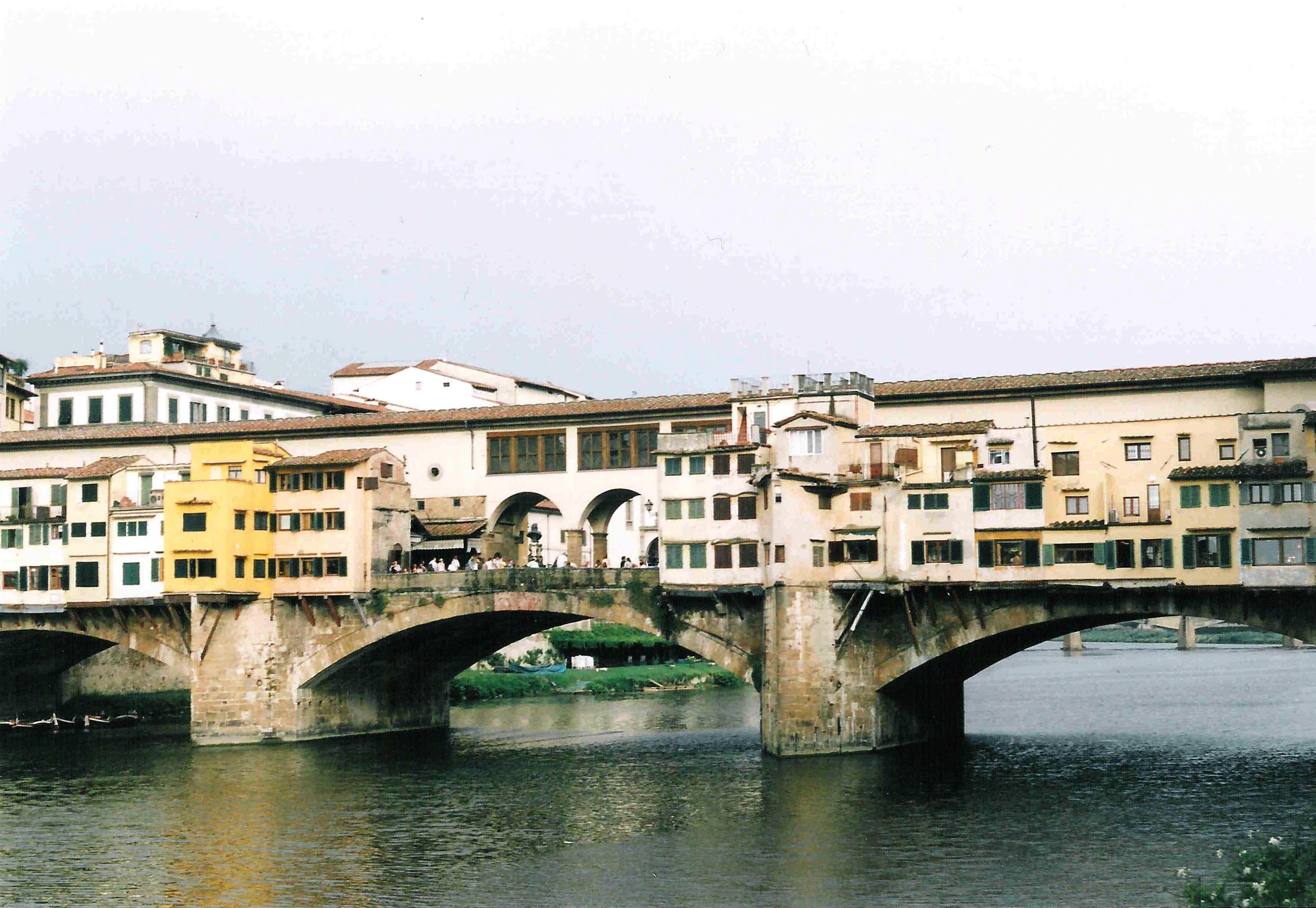 """Ponte Vecchio med butiker och """"privat"""" inomhusbro, Florens"""