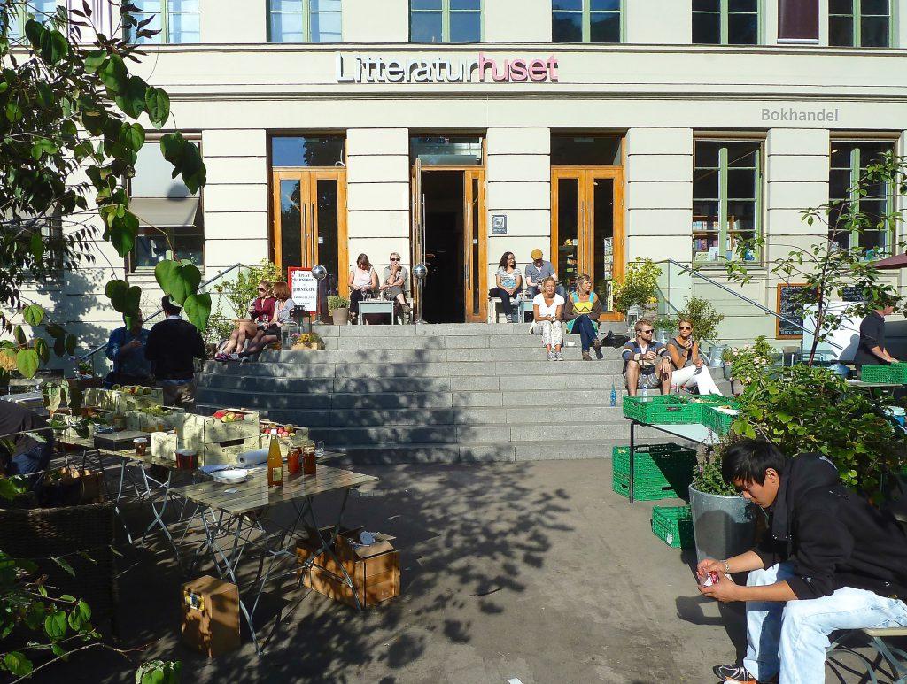 Exteriör och interiör från ett levande och interaktivt Literaturhus i Oslo